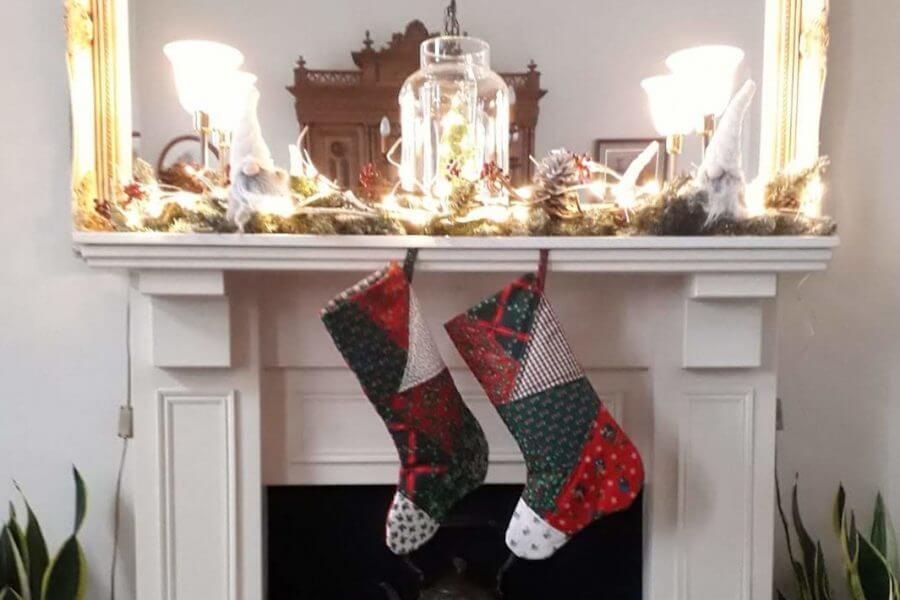 Kerstsokken aan de schoorsteenmantel